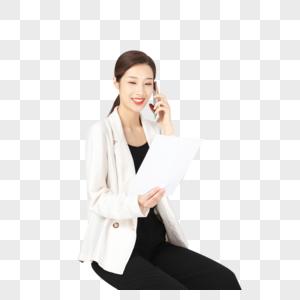 坐在办公桌前拿着白纸的商务女性图片
