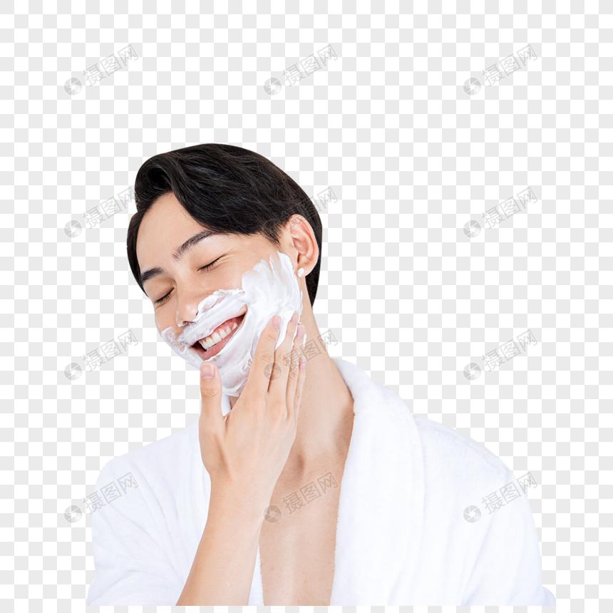 青年男性准备剃须图片