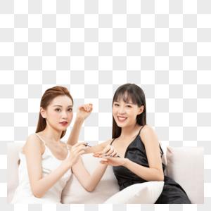 青年女闺蜜一起涂手指甲图片