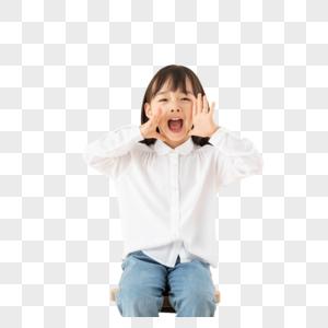 小女孩坐在椅子上玩耍图片