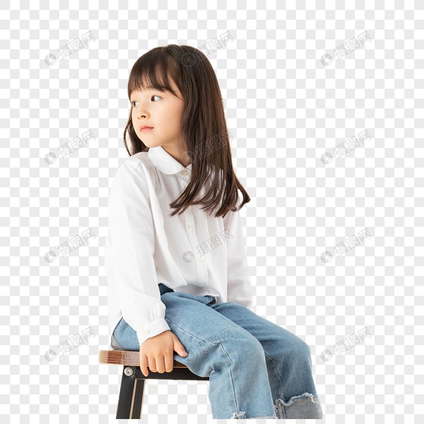 小女孩坐在椅子上图片