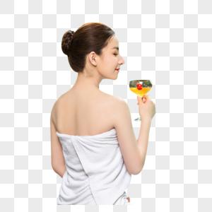 女性温泉喝鸡尾酒图片