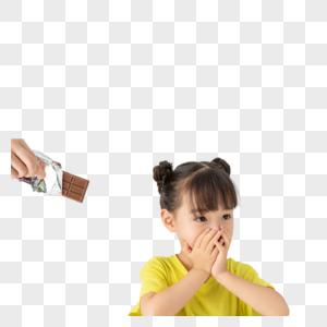小女孩拒绝吃被人给的巧克力图片