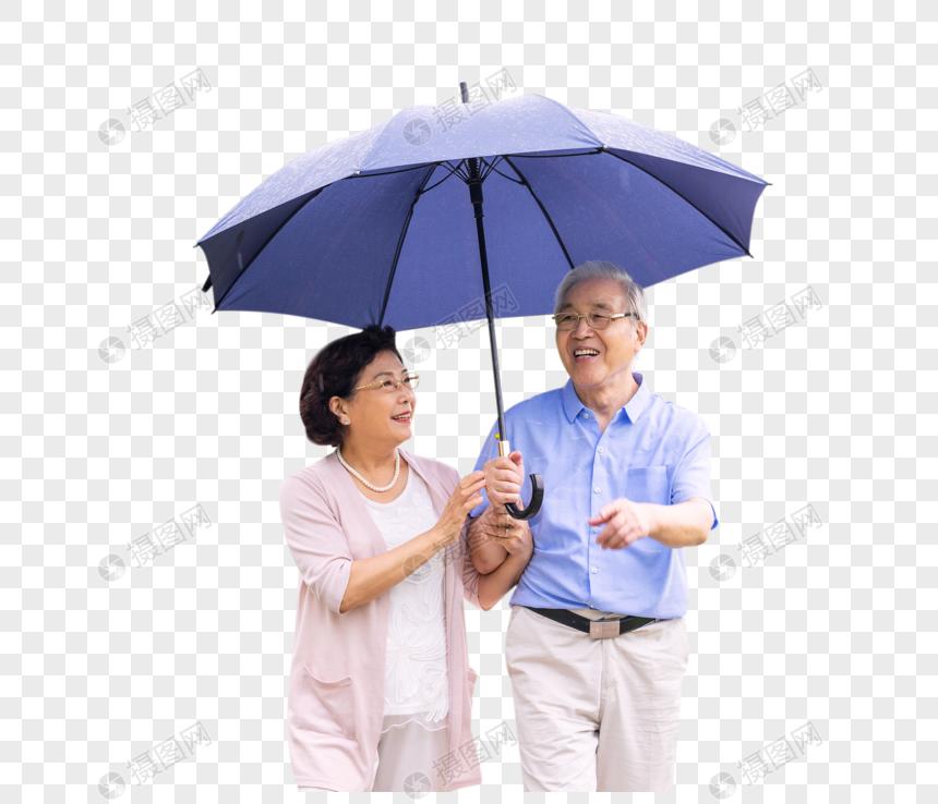老年夫妇在公园雨中散步图片