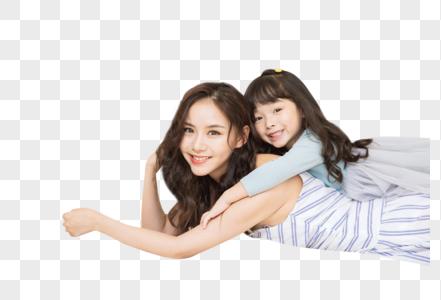 小女孩趴妈妈身上玩耍图片