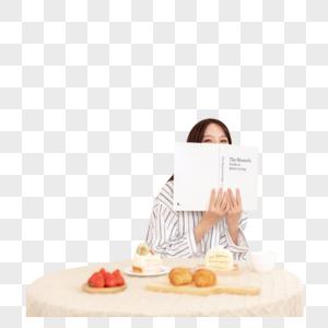 女性餐桌旁看书图片