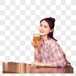 年轻美女酒吧喝啤酒图片