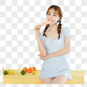 吃冰棒的甜美女孩图片