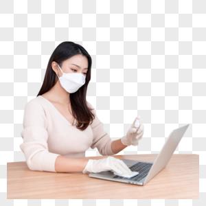女性戴口罩居家办公清洁消毒图片