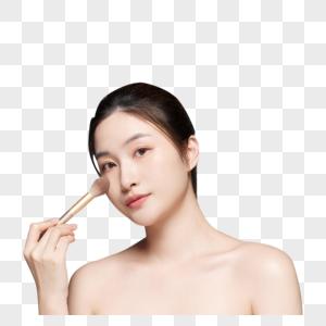 女性拿粉笔刷化妆图片