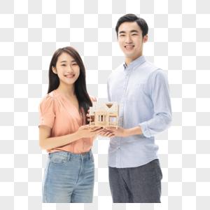 买房的青年情侣手捧房屋模型图片