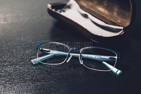 眼镜盒里的眼镜图片