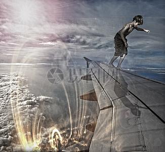 站在机翼上的小男孩创意图片图片
