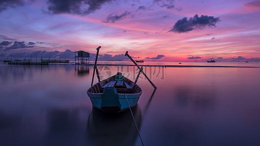 海面上的小渔船图片