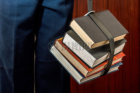 拴在一起的书籍图片