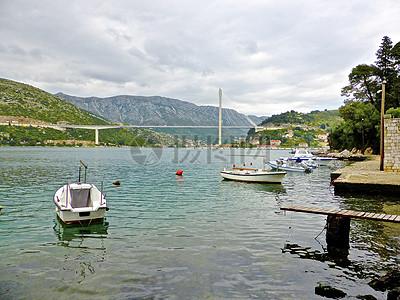 行驶在湖面的小船图片
