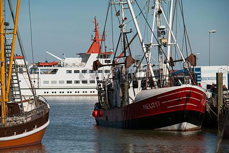 海上行驶的船只图片
