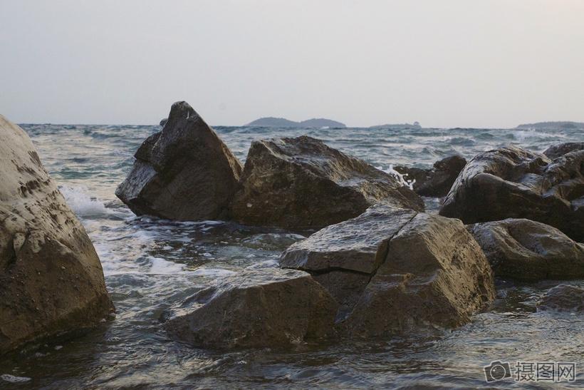 海洋上的石头图片