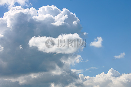 蓝天底下的白云朵朵图片