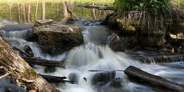流动的小瀑布图片