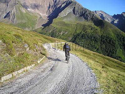 山间的骑行者图片