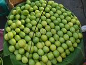 市场上堆积的水果图片