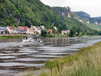 河边的建筑群图片