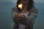 一个美女妹妹燃放烟花图片