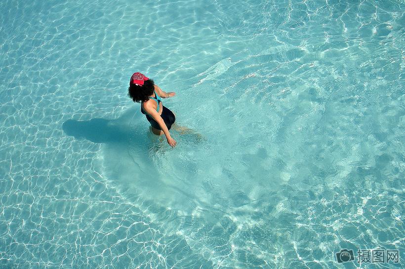 泳池里奔跑的女子图片