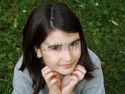 草地上的清纯少女图片
