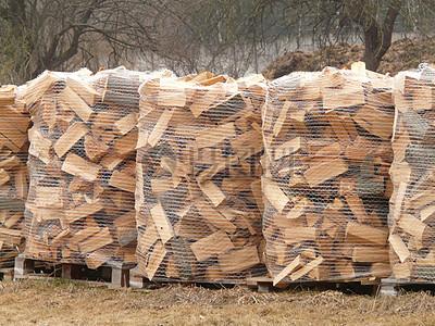 阳光下的木材堆图片