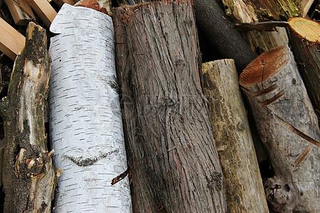 堆砌在一起的木材图片