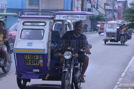 道路上行驶的三輪車图片