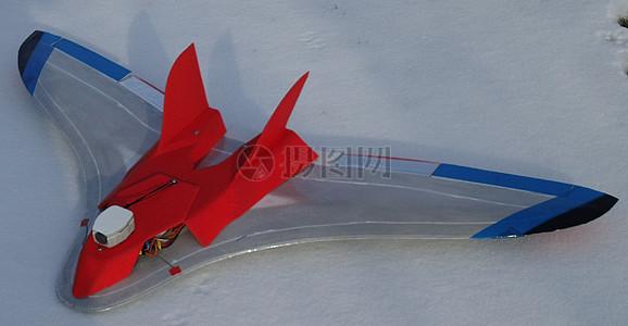 雪地上的模型飞机图片
