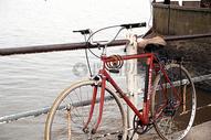 桥上面的自行车图片