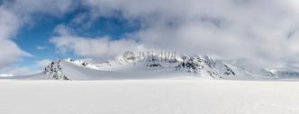 云层下的雪山高峰图片