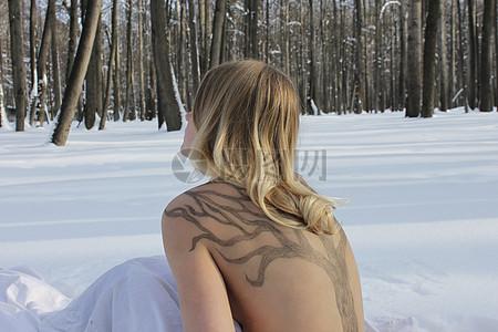 在雪地上坐着的裸体女人图片