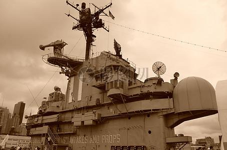 一艘单色的军舰图片