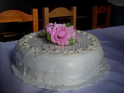 红色花朵的奶油蛋糕图片