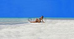 沙滩上的比基尼美女图片