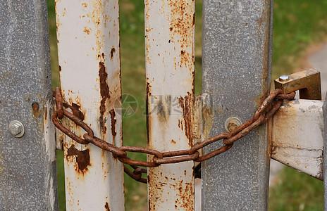 生铁铁链锁着的门图片