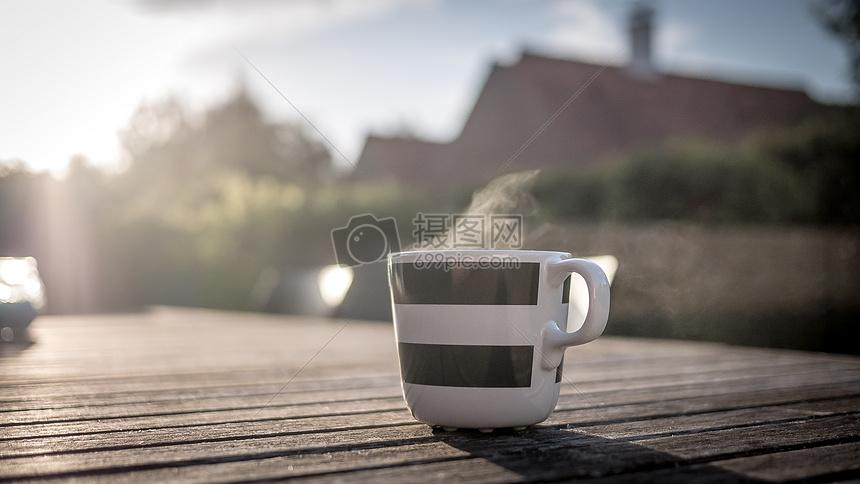 木桌阳光咖啡杯图片