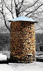 雪地上的木材堆图片