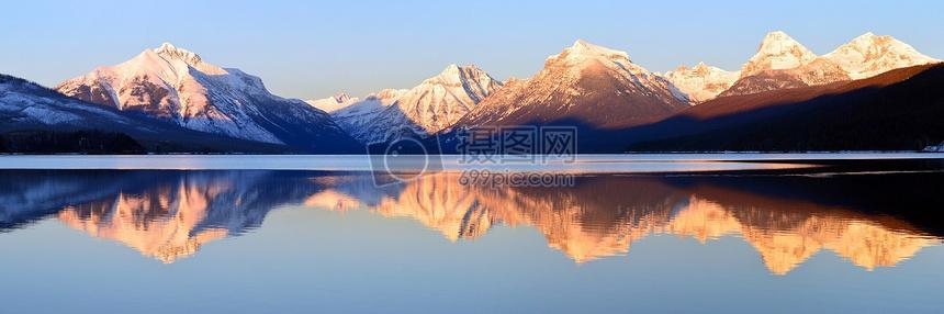 海天一色山峦起伏自然风景图片