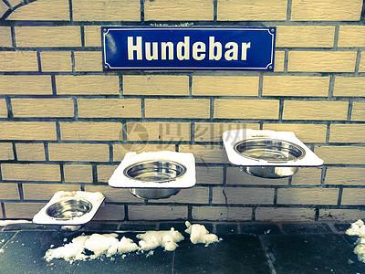 高低不同的饮水槽图片