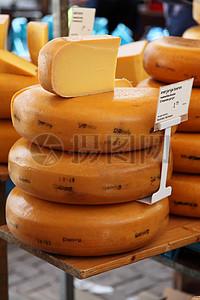 等待出售的椭圆形奶酪图片