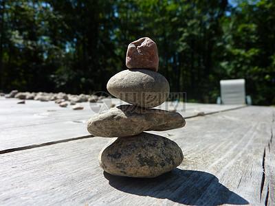 木凳上堆砌的石头图片