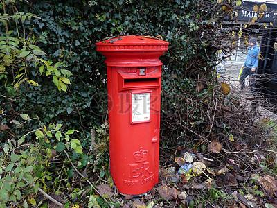 孤寂的红色邮政信箱图片