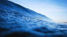 蓝天下的海水图片