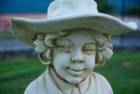 小男孩雕塑面部特写图片